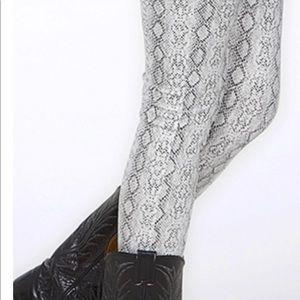 2Tee Couture snake skin leggings.NWOT